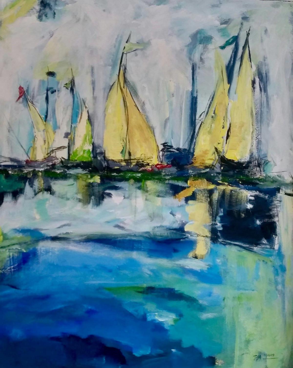 4 stilisierte Boote mit gelben Segeln, die sich im Wasser spiegeln